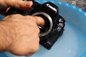 Πώς να μην καθαρίζεις τη φωτογραφική μηχανή