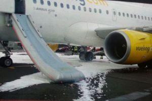 Αεροπλάνο έπιασε φωτιά την ώρα της προσγείωσης στην Ιταλία