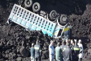 Νταλίκα έπεσε σε χαράδρα 30 μέτρων