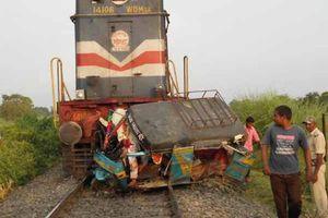 Σύγκρουση τρένου με τρίκυκλο στην Ινδία