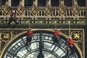 Με σχοινιά και ωτοασπίδες καθαρίζουν το Big Ben