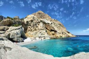 Στις όμορφες παραλίες και στα ξέφρενα πανηγύρια της Ικαρίας