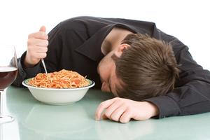 Πώς μπορεί το φαγητό να επηρεάσει τον ύπνο