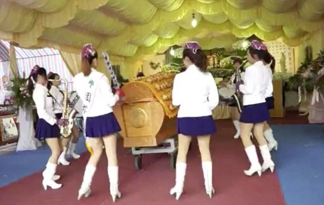Στριπτίζ σε κηδείες