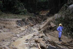 Στη μάχη ρίχνονται 2.800 διασώστες στην Ιαπωνία για τις κατολισθήσεις