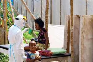 Οικογένειες κρύβουν ασθενείς με Έμπολα στα σπίτια