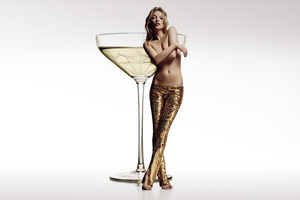 Το στήθος της Kate Moss έγινε ποτήρι σαμπάνιας