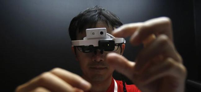 Τα έξυπνα γυαλιά που μεταφράζουν κείμενα από ξένες γλώσσες