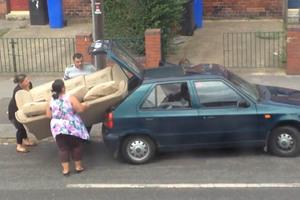 Ένας καναπές στο... πορτμπαγκάζ