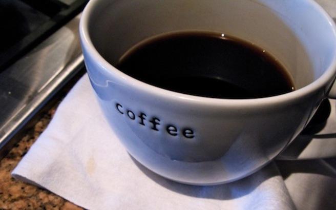Πώς φεύγει ο λεκές από καφέ ή τσάι για να μην μείνει σημάδι