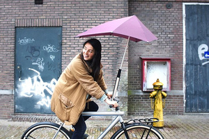 Κάντε ποδήλατο κάτω από τη βροχή
