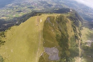Εντυπωσιακή πτήση με wingsuit στις Άλπεις
