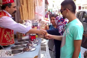 Τούρκος παγωτατζής τρολάρει πελάτη