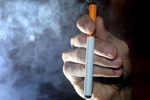 Το ηλεκτρονικό τσιγάρο στην εφηβεία «μυεί» στο κανονικό κάπνισμα