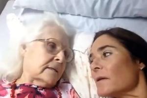 Ασθενής με Αλτσχάιμερ αναγνωρίζει την κόρη της και της λέει «σ' αγαπώ!»