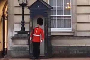 Ο κορονοϊός «κόβει» προσωπικό από τις βασιλικές κατοικίες της Μεγάλης Βρετανίας