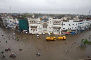 Φονικές πλημμύρες σε Πακιστάν-Ινδία με 480 νεκρούς