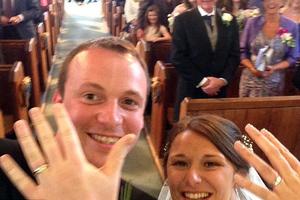 Γαμπρός αρπάζει το κινητό και ποζάρει με τη νύφη