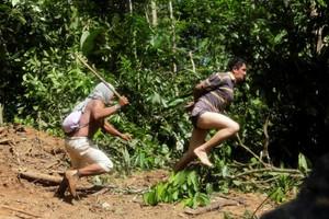 Ιθαγενείς του Αμαζονίου κυνηγούν παράνομους υλοτόμους