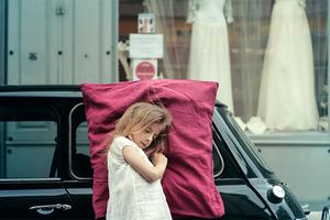 Παιδιά παραδομένα στον ύπνο με μεγάλα μαξιλάρια στην πόλη