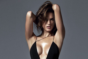 Ολόγυμνη η Alessandra Ambrosio «ρίχνει» το Instagram