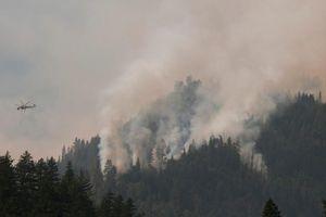 Εγκαταλείπουν σπίτια στην Καλιφόρνια από μεγάλη πυρκαγιά