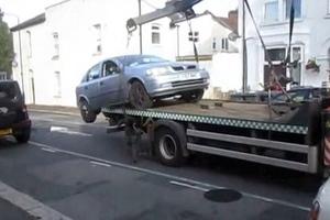 Οδηγός «απογειώνει» το αυτοκίνητό του από το γερανό