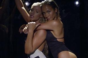 Δύο καυτά κορίτσια σε ένα βίντεο κλιπ