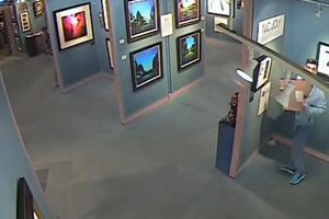 Κλέβει έργο τέχνης μαζί με το κάδρο