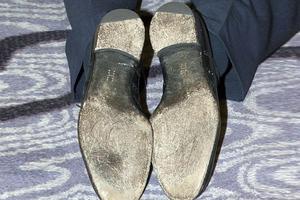 Φοράει παπούτσια με το αρχικό του ονόματός του στις σόλες!