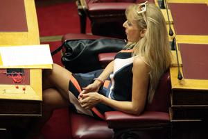 Με μίνι, πλατφόρμες και αλυσίδα στο πόδι στη Βουλή
