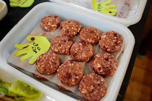 Σεφ φτιάχνει μπέργκερ από κρέας με γεύση ανθρώπινης σάρκας