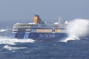 Πλοίο «παλεύει» με τα κύματα