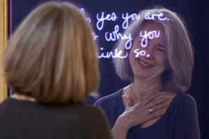Τι θα γινόταν αν ο καθρέφτης μιας γυναίκας μπορούσε να μιλήσει