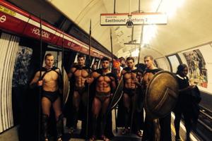 Οι «300» πήραν το μετρό του Λονδίνου