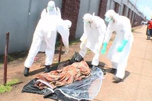 «Αναστήθηκε» θύμα του Έμπολα που ήταν επί μέρες αφημένο στο δρόμο