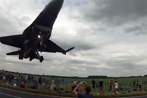 F- 16 περνάει «ξυστά» πάνω από τα κεφάλια θεατών