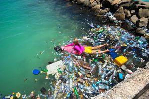 Ποζάροντας στο νησί των σκουπιδιών