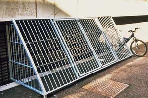 Πανεπιστήμιο έφτιαξε κλουβιά για να διώξει τους άστεγους