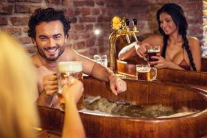 Οι Τσέχοι «μουλιάζουν» σε σπα με μπύρα