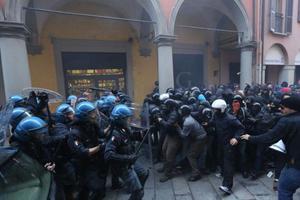 Σφοδρές συγκρούσεις με αστυνομικούς στην Μπολόνια