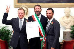 Ο δήμαρχος της Ρώμης αναγνώρισε τους γάμους 16 ομοφυλόφιλων ζευγαριών