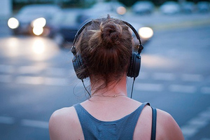 Ένας στους οκτώ νέους έχει προβλήματα ακοής λόγω ακουστικών