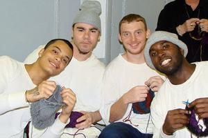 Σκληροτράχηλοι κρατούμενοι ξεκίνησαν το... πλέξιμο