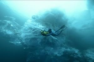 Κολυμπώντας κάτω από παγόβουνο