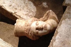 Ισχυρός σεισμός και τσουνάμι κατέστρεψαν τον τάφο της Αμφίπολης