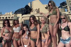 Σάλος από ημίγυμνα μοντέλα που «εισέβαλαν» σε στρατιωτική βάση