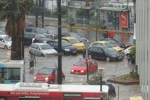 Πλημμύρισαν οι δρόμοι στο λιμάνι