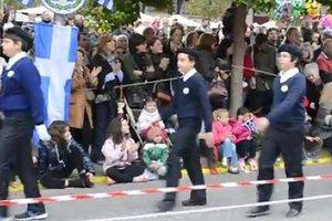 Παρέλαση υπό τον ύμνο του ΕΑΜ στο Χαλάνδρι
