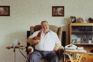 Κότες κρατούν συντροφιά σε ηλικιωμένους